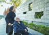 家庭祭告悼亡灵!89岁老人哭墙前怀念死难父亲