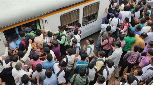 """印度搭火车上班像打仗 高峰期5000人等车宛如""""战争片""""_《参考消息》官方网站"""