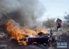 济南高架桥下一摩托车着火险酿祸 乱摆乱停存在隐患