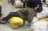 售票厅坐满、躺满旅客 民工舍不得住宾馆就地过夜