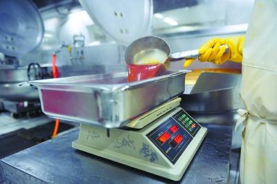 澳门新金沙国际娱乐:探访高铁盒饭生产车间:每天配餐2万份,产品留样保证可追溯