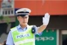 被扣车后多次穿印有挑衅交警文字的T恤上街,17岁少年被拘