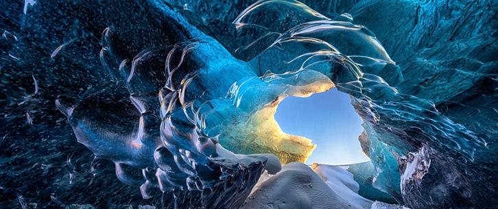"""炎炎夏日""""赏冰""""湛蓝冰洞呈现窒息美景"""