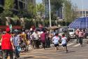 """郑州高新区一小学门口成""""停车场""""孩子们车间穿梭"""