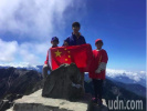 """岛内民众组织""""铁卫队"""" 在台湾最高峰升起五星红旗"""