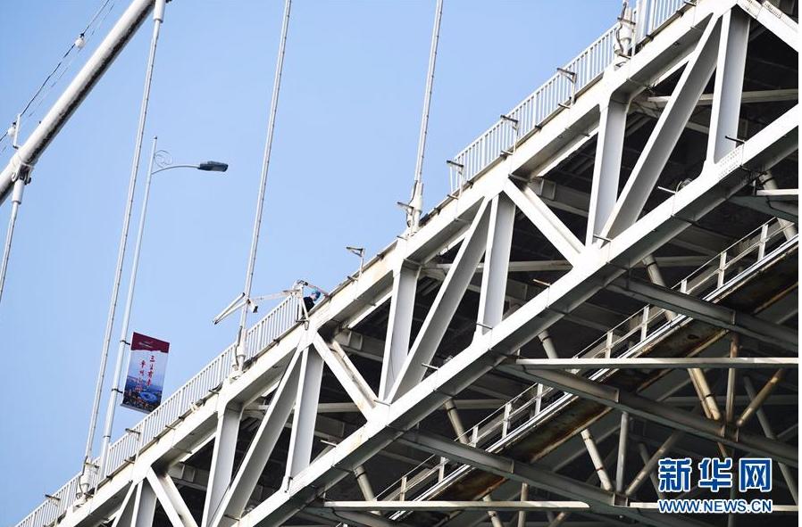 重庆万州公交车坠江事故现场的大桥护栏被撞出了一个大豁口(10月28日摄)。新华社记者 王全超 摄