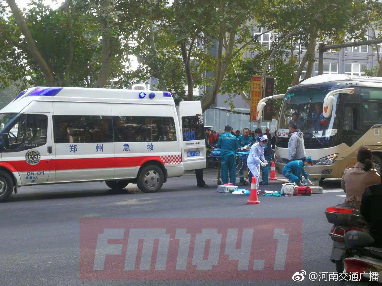 郑州一老人斑马线上被大巴车撞倒 事发时刚变绿灯