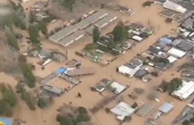 美国:加州北部地区遭遇洪水 交通受阻