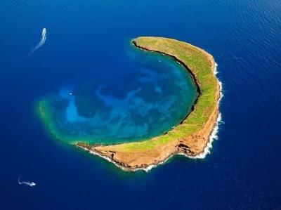 位于夏威夷群岛的毛伊岛和卡胡拉威岛之间