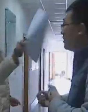 被问几点吃饭 南京一女官员怒斥记者被停职