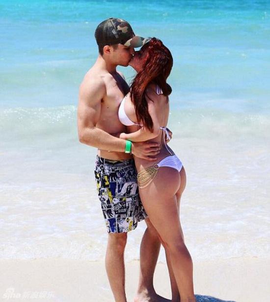 女星与男友鸳鸯戏水  泳衣 秀性感臀沟美背