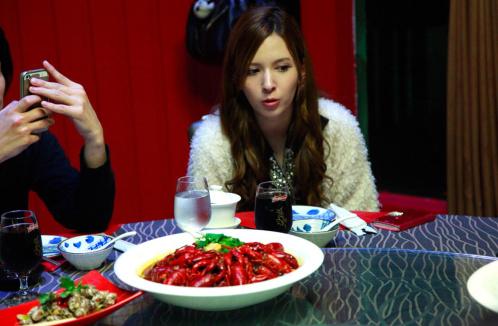 喜欢小龙虾是因为吃的时候不能玩手机?