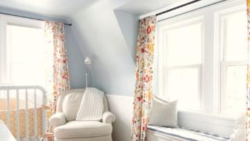银鼠色的墙面似乎能看到一点点蓝跟一点点的灰,细看之下又不大一样,作为墙面色调既不会太高调,就不会太明艳,明亮温润。软装部分的黄色跟其搭配更是相得益彰,一个偏冷,一个偏暖,中和了视觉感。