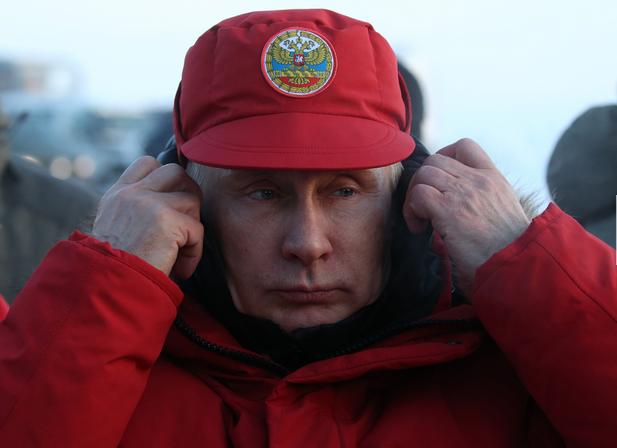 普京访北极岛屿冻得捂耳朵!