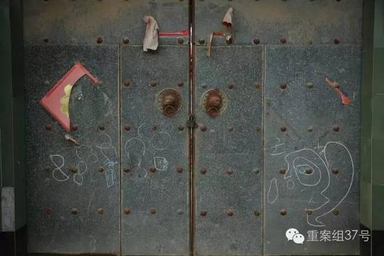 11月11日,坠井男童聪聪家的大门上挂着锁,门板上还有粉笔画的卡通图案