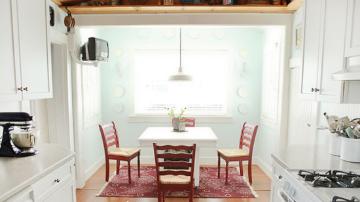 白绿色的融入改变了空间单一的白,也划分出了不同的功能区,明媚的色泽用在餐区部分,搭配软装灯饰,呈现出明媚无比的空间氛围。白绿色又白渐绿,带来清透的视觉观感,格外清新。