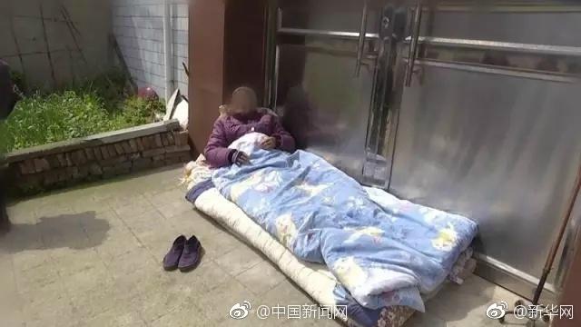 82岁母亲被儿子撵出家门 在家门口地上睡3天