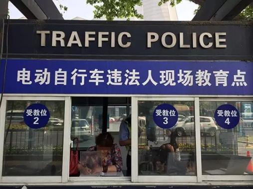 杭州:骑车违法罚抄交规,有市民不识字坚持用1.5小时画完