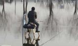 男子自制神器水上钓鱼