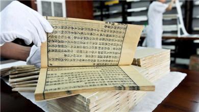 """古籍修复师""""妙手回春"""" 让古籍书册重获新生"""