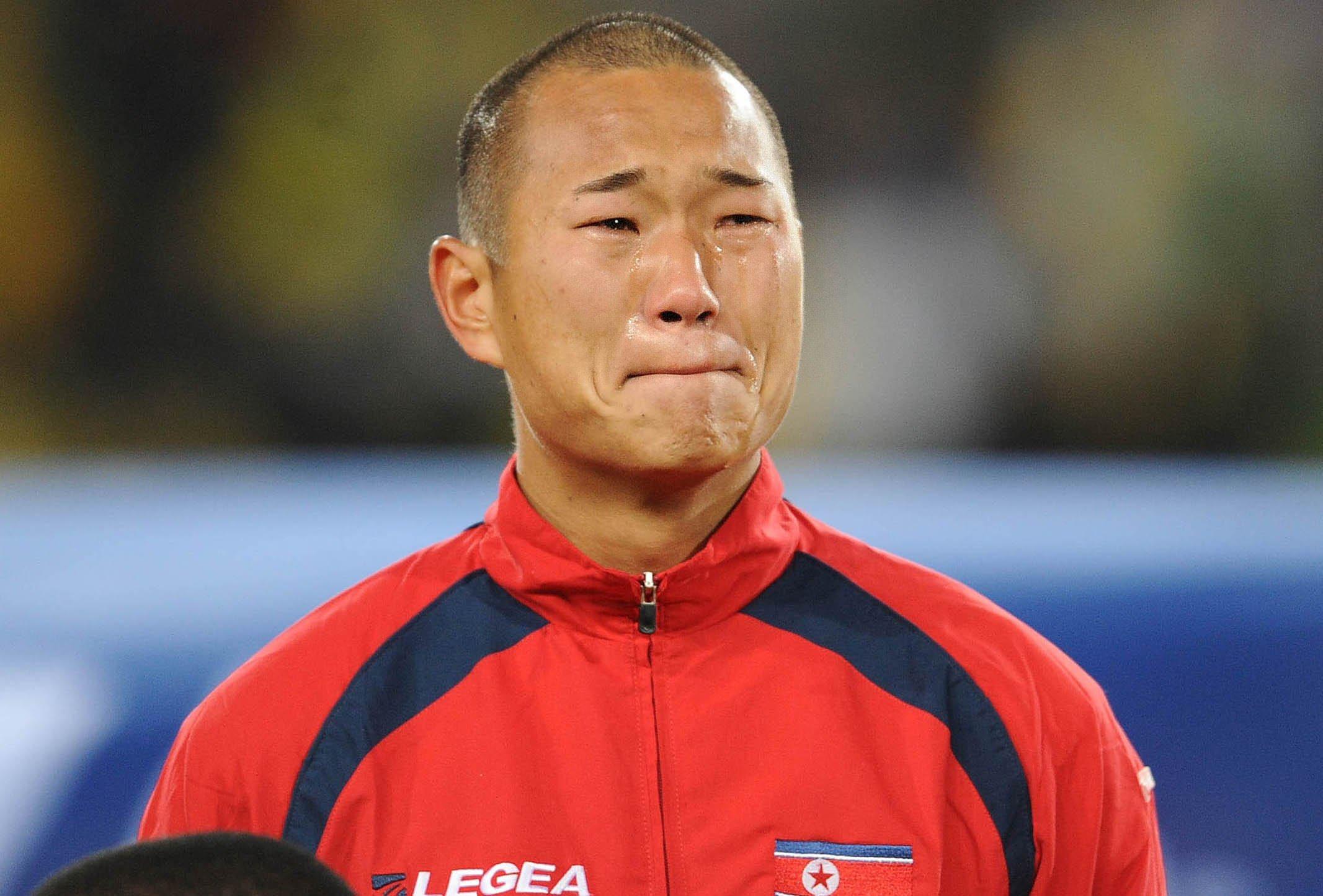 2010年6月15日,在南非世界杯小组赛朝鲜队与巴西队的比赛开始前,朝鲜队球员郑大世在朝鲜国歌奏响时泪流满面。