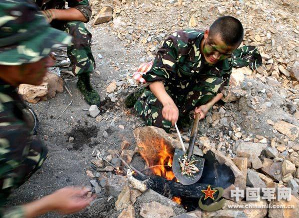 资料图:解放军特种兵野外生存训练-解放军野外生存 几天没吃的 野兔