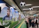 北京地铁站足球装扮