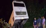 【组图】泰国载33中国游客巴士失控坠坑