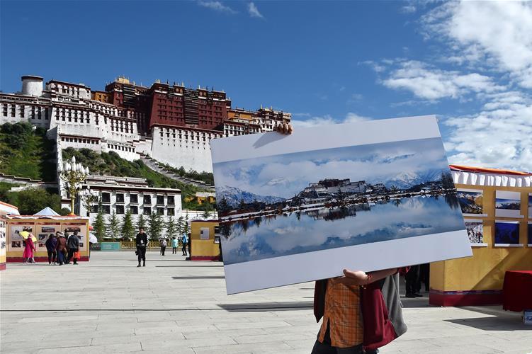 珠穆朗玛摄影展亮相布达拉宫广场 500余幅作品展示西藏