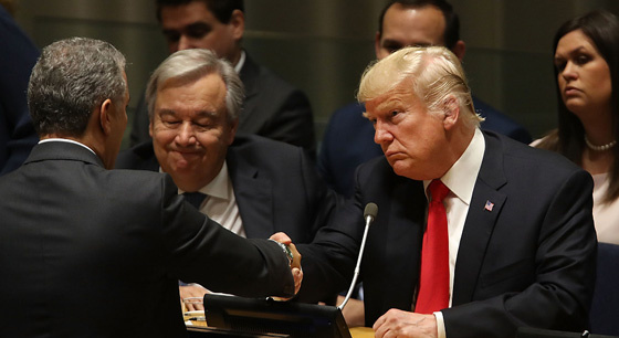 """特朗普出席联合国会议 与身边人""""交头接耳"""""""