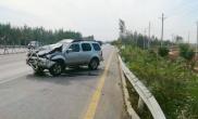 男子驾车低头看手机酿祸