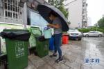 沧州:废弃物堆积楼间空地 居民担心存安全隐患