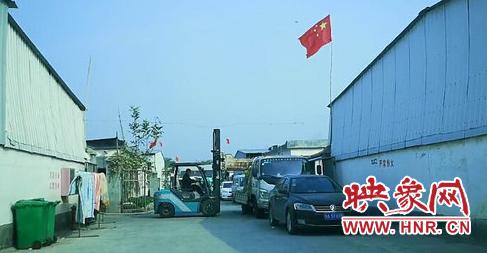 富溢棉业园区内一隅:繁忙的工人正在装卸货物