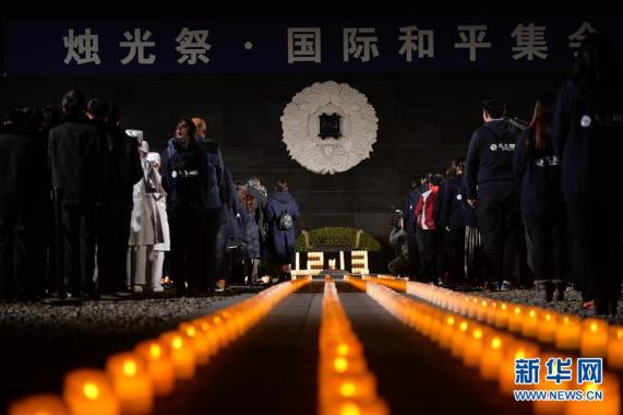 """国家公祭日:南京""""烛光祭""""寄托哀思祈和平"""