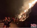 山西沁源森林大火6名消防员牺牲后 队伍再进火场!