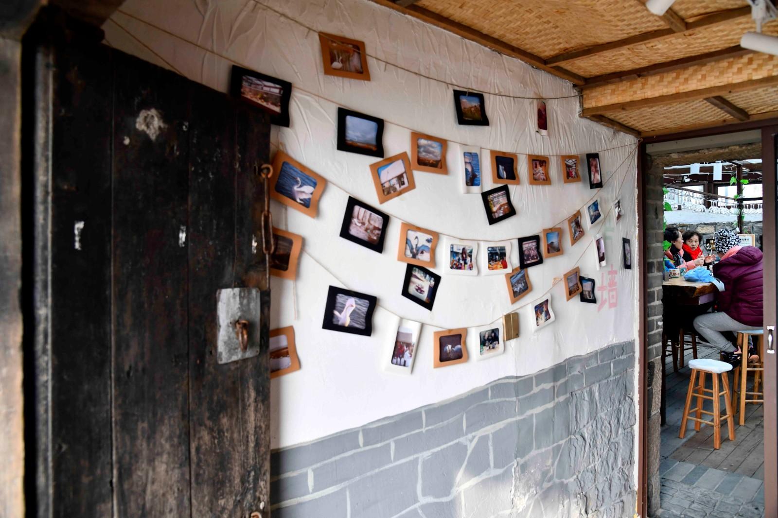 在荣成大天鹅国家级自然保护区,游客在大天鹅主题咖啡馆内(1月12日摄)。新华社记者 郭绪雷 摄