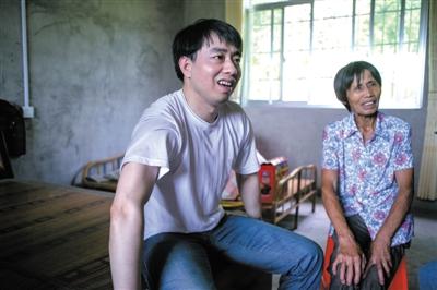 湘潭大学硕士含冤入狱12年 戴的脚镣手铐有30斤重