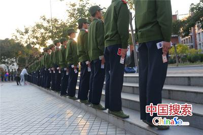 10月10日,郑州航空工业管理学院国旗班的新生在进行夹纸牌训练军姿。该学校为训练国旗班学生标准的军姿,以夹纸牌,贴墙根、拉标线等方式训练学生,加入国旗班的学生都要经过层层选拔,百里挑一,训练不好就被淘汰掉,这种军事化的训练方式在该校已一届届传承了20年,已成为新生军训的必备课。国搜河南 杨正华 摄