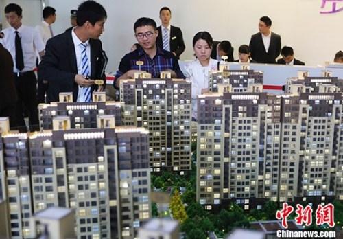 图为南京市民在一处楼盘售楼处内咨询。(资料照片) <a target='_blank' href='http://www.chinanews.com/'>中新社记者 泱波 摄