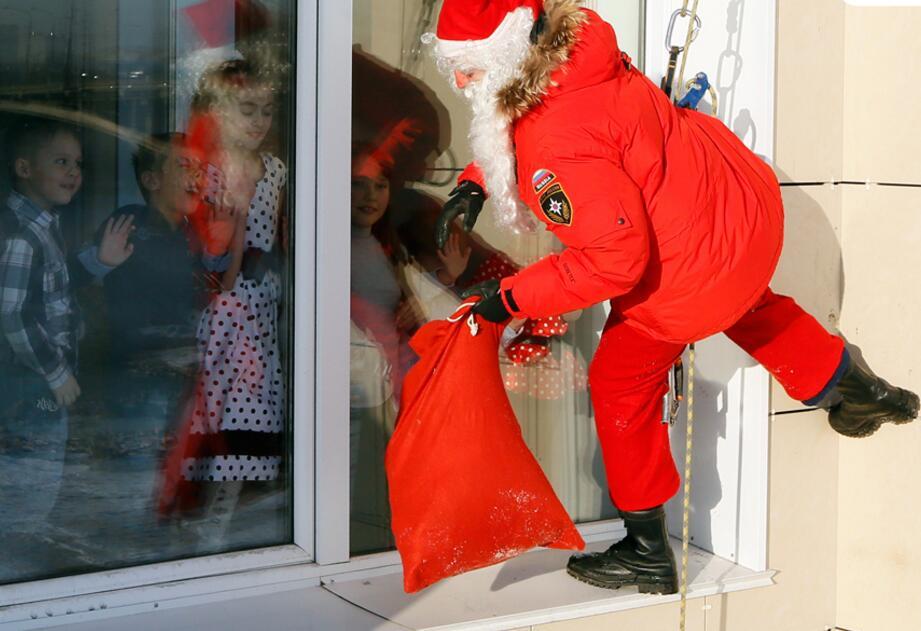 圣诞老人与麦当劳叔叔没什么不同 其实,对于中国小部分人抵制圣诞节的行为,《羊城晚报》曾专门做过评述,文章中说,圣诞节本来就是一个平静的节日。论闹腾,论大吃大喝,论乾坤大挪移,它都比不上中国的许多节日,尤其是春节。论商家促销,买家狂购,它更比不上光棍节。真要理性过节,圣诞节倒是一个不错的选择。 抵制圣诞节的声音早在2006年就已经响起。当年,来自北京大学、清华大学、中国科学院等名校或科研单位的10位哲学或教育学博士发出联合署名倡议书,号召网友慎对圣诞节。 联名发起人王达山表示,要通过这一联署文章唤醒国