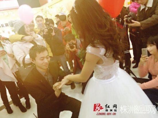 穿婚纱的卡通女孩-男人被女友穿婚纱拿婚戒求婚男人表情多样 中国搜图片