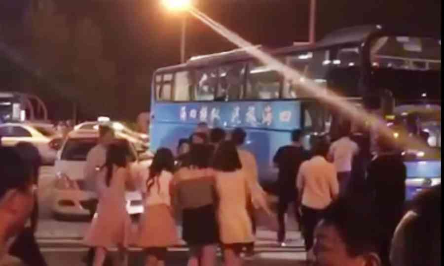 2017年4月20日晚12点左右,位于郑州市京广路与长江路交叉口的一娱乐会所被警方突查,现场多名衣着暴露的年轻女孩被警方带走。