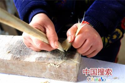 毛笔的制作工序梳毛。(中国搜索 杨正华 摄)
