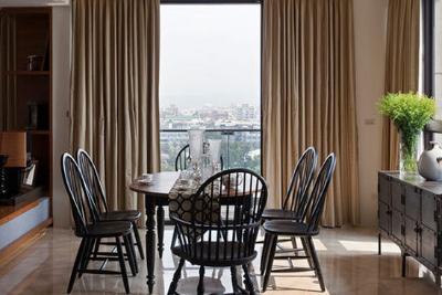 餐桌椅配套设计,黑颜色刚好搭配客厅的纯黑皮沙发