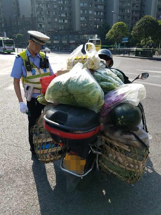 这辆摩托车超负荷上路 驾驶员被记1分罚款100元