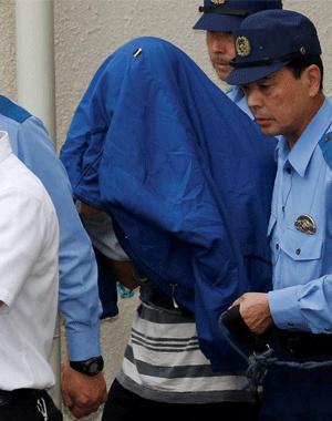 日本持刀杀人嫌犯自首被带离警局