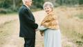 美国一对夫妇结婚63周年 重拍甜蜜结婚照