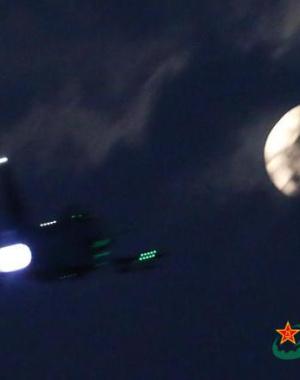 中国解放军歼-10战机猛开加力飞向月亮