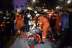 两辆摩托车相撞 短裙女孩被卡住脚