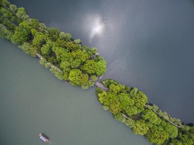 这是4月11日航拍的西湖景区苏堤。